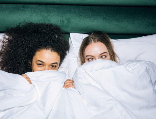 femmes au lit